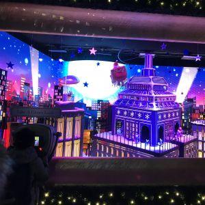 Julfönstren har öppnat i Macy´s varuhus i New York. Fantasirikt jullandskap i blått.