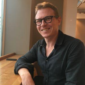 Pontus Högström på ett café i Munksnäs.