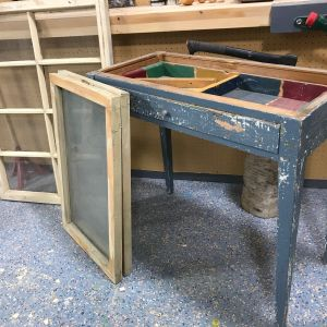 gamla fönster och ett  bord