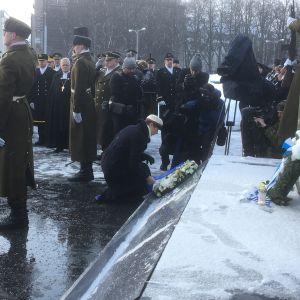President Kersti Kaljulaid lägger ner en minneskrans vid Minnesmärket för segern i självständighetskriget