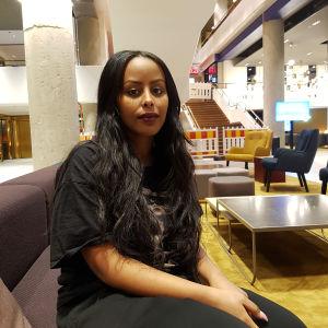 Cherrie är uppvuxen i Lojo men bygger nu artistkarriären med hempunkt Stockholm.
