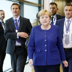 Allvarlig Angela Merkel på väg in på söndagens krismöte