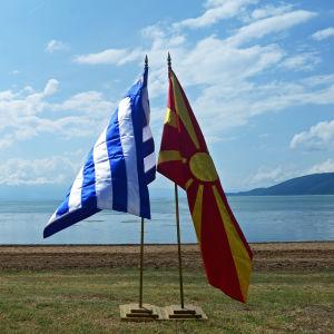 Greklands och Makedoniens flaggor.
