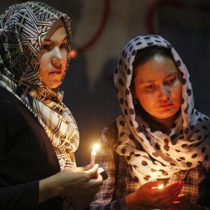 Fredsaktivister tänder ljus för att hedra offren i det värsta terrordådet sedan år 2001