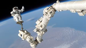 Kansainvälisen avaruusaseman astronautti avaruudessa