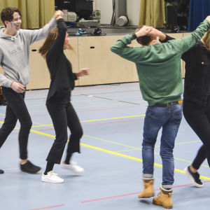 Grankullaeleverna (fr.v.) Alex Federley, Oona Koskenvesa, Jonny Donner och Ellen Eskelin tränar på dansstegen dagen innan gammeldansen.