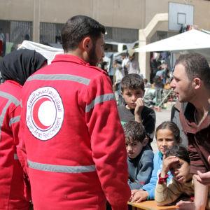 Frivilliga i den syriska Röda Halvmånen hjälper människor som flytt östra Ghouta.