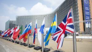 EU-flaggorna vajar utanför kommissionens byggnad i Bryssel.