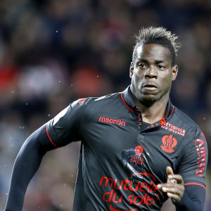 Svartklädd Mario Balotelli springer under match.