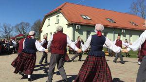 Lettisk folkdans, en grupp pensionärer som uppträder i solen.