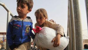 Två syriska barn som flydde från Raqqa eller Deir al Zoor till Jordanien 10.9.2015