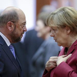 Martin Schulz och Angela Merkel i Bryssel 23.10.2014