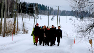 Nyt tai ei koskaan -sarjan parvi kävelee talvella