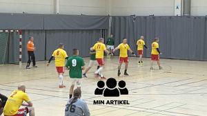Handbollsmatch pågår och det ena laget ligger på försvar.