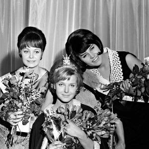 Miss Suomi 1965. Vasemmalta Esti Östring, 2 perintöprinsessa, Miss Suomi 1965 Virpi Miettinen ja Raija Salminen, 1 pp.