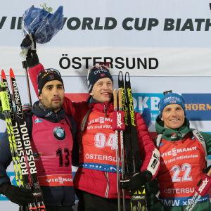 Martin Fourcade, Tarjei Bö och Erik Lesser på prispallen.
