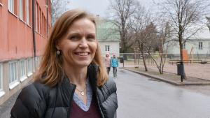 vicerektor Lena Törnqvist på skolgården