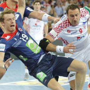 Kristian Bjørnsen tampas om bollen med Igor Vori.