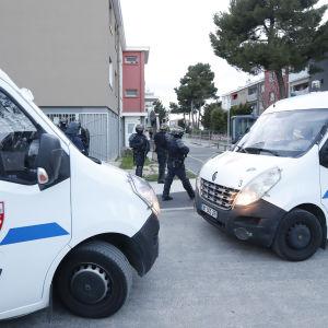 Polisbilar och tungt beväpnade poliser i ett bostadsområde i Carcassonne