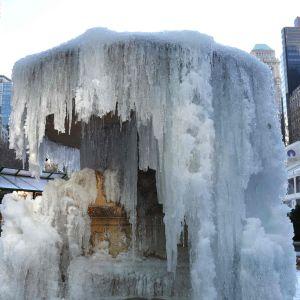 En frusen fontän i Bryant Park i New York.