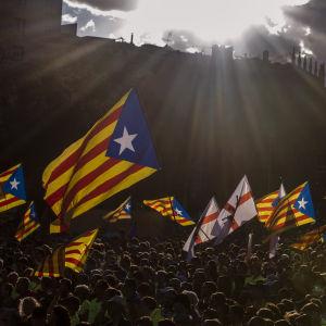 Katalanska flaggor vajar på Kataloniens nationaldag.