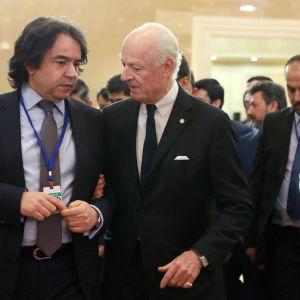 FN:s Syriensändebud Staffan de Mistura (i mitten) på Astanamötet.