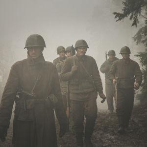 """Soldater vandrar genom dimman i den estniska krigsfilmen """"1944""""."""