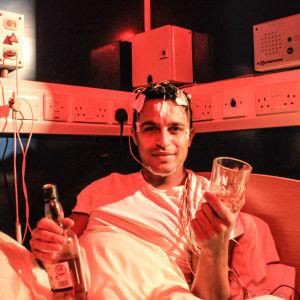 Javid Abdelmoneim nauttii alkoholia valvotuissa oloissa