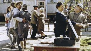 Pihatanssit elokuvassa Aika hyvä ihmiseksi (1977).
