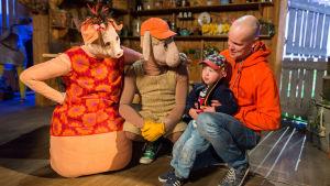 Fåret Bärtil får besök av en pojke och hans pappa.