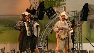 M.A. Numminen uppträder iklädd kanindräkt år 2004.
