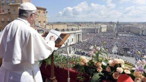 Påven Franciscus håller den traditionella påskdagens mässa på Petersplatsen i Vatikanen.