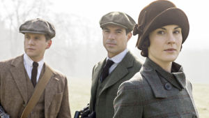 Tom Branson (Allen Leech), Gillingham (Tom Cullen) ja Lady Mary Crawley (Michelle Dockery) i tv-serien Downton Abbey.
