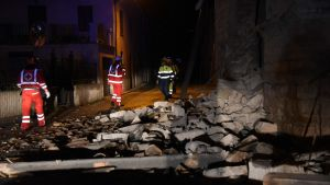 Räddningsmanskap i Villa Sant'Antonio i Italien efter jordbävning.
