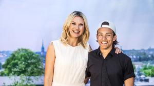 Sanna Nielsen och Frans fotade på allsångsscenen med Stockholm i bakgrunden
