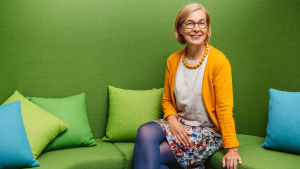 Henkilökuva, Gunilla Ohls istuu vihreällä sohvalla