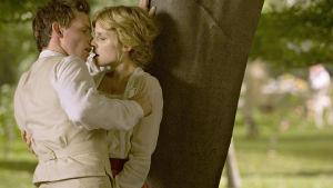 Eddie Redmayne ja Clémence Poésy tv-draamassa Mustarastas laulaa (Birdsong), 2012
