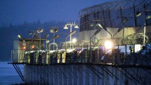 Venäläisen vankilan aitaa valoineen