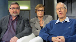 Pietari Vanhala (vas.), toimittaja Hilla Blomberg ja Antti O. Arponen