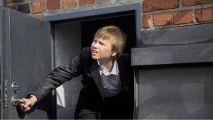 Juha Lehtolan elokuva Oliverista, joka joutuu liian aikaisin aikuisten maailmaan. yle tv1