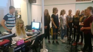 Kruununhaan 7. musiikkiluokka harjoittelee.
