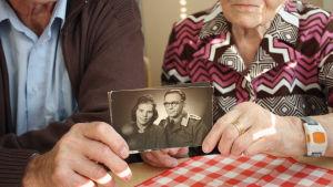 Lapin sodan puhjettua vuonna 1944 sadat nuoret suomalaisnaiset lähtivät saksalaisten sotilaiden mukaan.