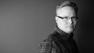 Lauri Miettinen katsoo kameraan, mustavalkoinen kuva.