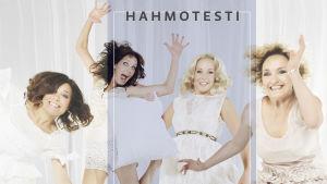 Siskonpedin näyttelijät hyppäävät ilmaan valkoisessa miljöössä.