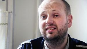 Carl i närbild när han intervjuas i dokumentärfilmen.