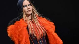 Fuskpälsar tar över i modehuset Versace