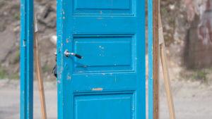 En blå innerdörr.