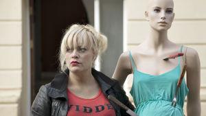 Elokuva: Naisia liian suurissa miestenpaidoissa