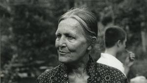 Svartvit bild av Ingrid som äldre.