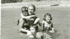 Ingrid Bergman badar tillsammans med sina barn